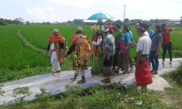 Cok Sawitri memprotes pengelolaan air di Bali dengan pertunjukan. (Foto: Dok. Cok Sawitri)