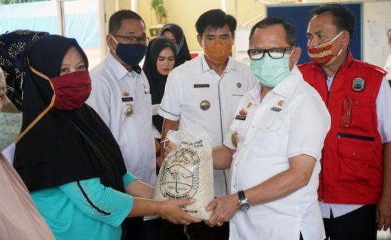 Pjs Bupati Lampung Selatan, Sulpakar menyerahkan secara simbolis bantuan beras kepada warga di Kecamatan Kaliand/Foto: Diskominfo Lamsel