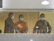 Menteri Kelautan dan Perikanan Edhy Prabowo mengenakan rompi tahanan seusai diperiksa dalam dugaan korupsi ekspor benih lobster di Gedung KPK, Jakarta, Kamis dini hari, 26 November 2020. Edhy telah menyatakan mundur dari jabatannya sebagai menteri pasca tertangkap dalam kasus korupsi. TEMPO/Muhammad Hidayat