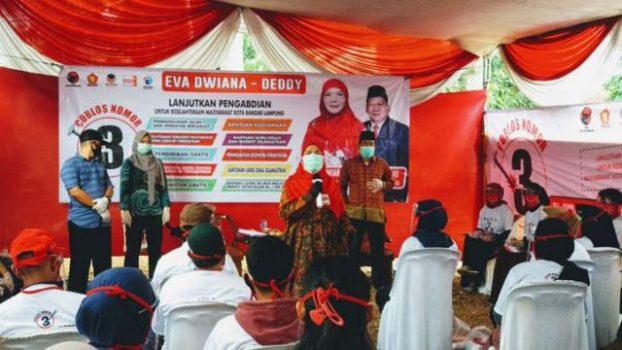 Eva Dwiana berkampanye di Jalan Jati Baru, Gang H. Hamdan Kelurahan Durian Payung, Kecamatan Tanjungkarang Pusat, Senin, 2 November 2020.
