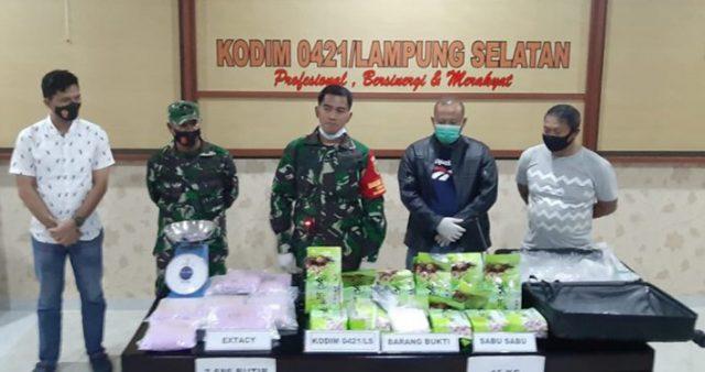 Dandim 0421/LS, Letkol (Inf) Enrico Setiyo Nugroho bersama Kasat Reserse Narkoba Polres Lampung Selatan, AKP Abadi menunjukkan barang bukti paket narkoba dalam jumlah besar yang ditemukan warga Lampung Selatan.