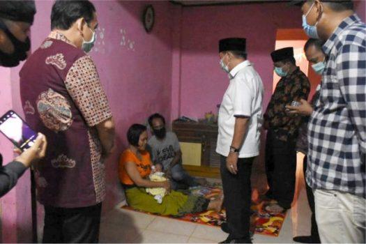 Walikota Herman HN mengunjungi kediaman keluarga Surahman bertemu dengan Nurjanah istrinya dan bayi anak ke lima pasangan it