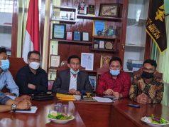 Juendi Leksa Utama (tengah) juru bicara dari kantor hukum dari kantor WFS dan rekan.