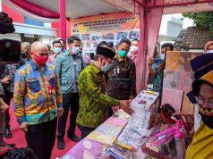 Walikota Herman HN menyempatkan mendatangi salah satu stand peserta bazzar UMKM .