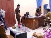 Tim penyidik Kejaksaan tinggi (Kejati) Lampung saat menggeledah kantor Inspektorat Lampung Selatan atas dugaan kasus pemerasan dilakukan oknum pejabat dilingkungan Inspektorat terhadap sejumlah Kepala desa (Kades) terkait pengelolaan DD dan ADD.