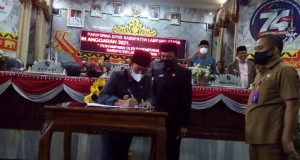 Bupati Budi Utomo menandatangani nota kesepakatan bersama tentang Propemperda 2021