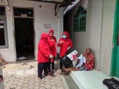 Relawan Bunda Eva (BE) membagikan APK ke warga Kelurahan Bumi Waras.