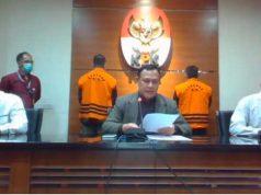 Juliari Batubara dan Adi Wahyono mengenakan baju tahanan KPK saat Ketua KPK Firli Bahuri memberikan keterangan pers terkait korupsi bansos Covid-19, Minggu petang (6/12/2020). Foto: kana;l Youtube KPK