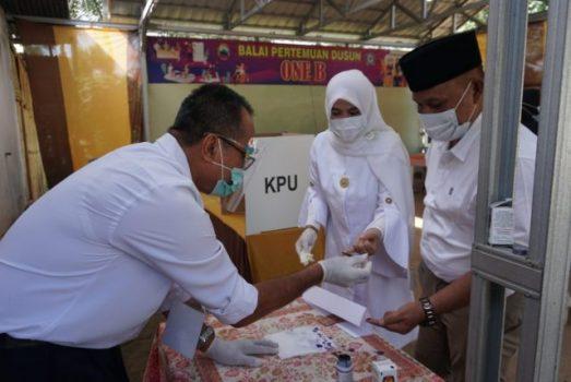 Pilkada 2020, Bupati Nanang Ermanto dan Istri Mencoblos di TPS 001 Desa Way Galih