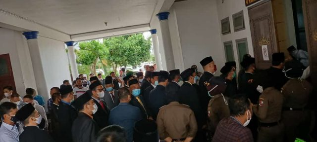 Para pejabat terlihat berjubel di depan pintu masuk ruang pelantikan pejabat eselon Pemkab Lampung Utara, Rabu siang (30/12/2020).