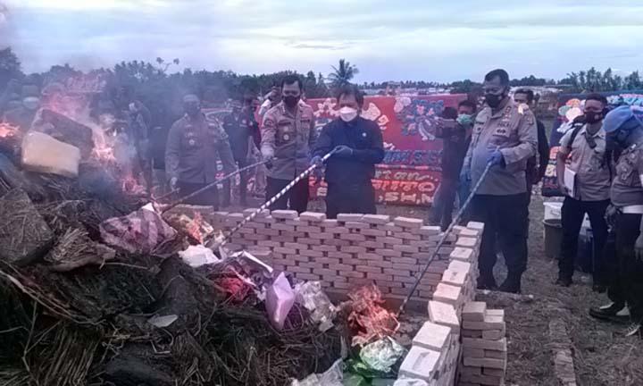 Kapolda Lampung, Irjen Pol Purwadi Arianto (kanan) saat memsunahkan barang bukti ribuan kilogram narkotika di halaman gedung baru Mapolres Lampung Selatan, Senin (7/12/2020).