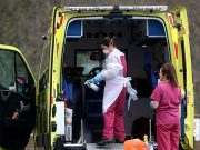 Staf medis membersihkan ambulans di RS St Thomas's, saat wabah virus corona Covid-19 di London, Inggris, 1 April 2020. REUTERS/Hannah McKay