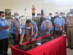 Dirjen Perlindungan dan Jaminan Sosial Kemensos RI Pepen Nazaruddin bersama Direktur Perlindungan Sosial Korban Bencana Sosial Sunarti (kanan) menandatangani prasasti perdamaian di Kabupaten Mesuji, Lampung, Selasa (1/12/2020).