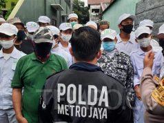 Polisi mendatangi rumah Rizieq Shihab di Petamburan, Jakarta Pusat untuk mengantarkan surat panggilan klarifikasi kasus kerumunan, Ahad, 29 November 2020. TEMPO/M Yusuf Manurung