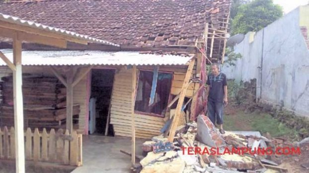 Kepala Bidang Cipta Karya DPUPR Lampung Utara, Suhardi meninjau lokasi korban reruntuhan pagar tembok Islamic Center Kotabumi, Minggu (26/12/2020).
