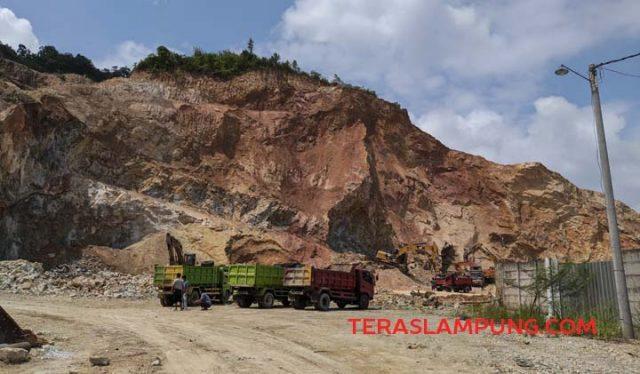 Penambangan Bukit Camang terjadi sejak puluhan tahun lalu dan sampai saat ini masih berlangsung. Foto diambil pada Rabu, 20 Januari 2021.