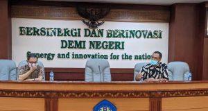 Juru Bicara (Jubir) Unila Nanang Trenggono (kanan) dan Kahfi Nazaruddin (kiri).