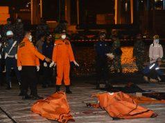 Dua kantung jenazah korban Sriwijaya Air yang dievakuasi KRI Tjiptadi dari perairan Pulau Seribu, Kamis malam (14/1/2021).