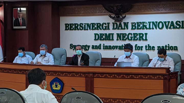 Rektor Unila Prof. Karomani (tengah) saat menyampaikan kaleidoskop masa kepemimpinannya tahun 2020, Rabu (6/1/2021).