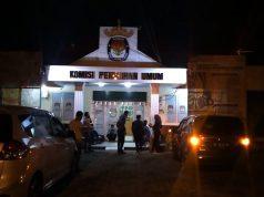 Suasana Kantor KPU Bandarlampung pada Jumat malam (8/1/2021) usai pengumuman pembatalan kemenangan Eva Dwiana-Deddy Amarullah dalam Pilkada Bandarlampung 2020.