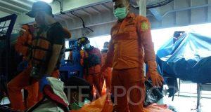 Bagian pesawat dan suasana evaluasi korban Sriwijaya Air SJ182 di KN SAR WISNU milik Basarnas di perairan Kepulauan Seribu, Jakarta, Senin, 11 Januari 2021. Tempo/Fajar Pebrianto