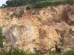 Aktivitas pengerukan Bukit Camang.