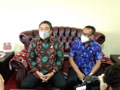 Sekda Kota Bandarlampung Badri Tamam (kiri) bersama Kepala BPKAD Kota Bandarlampung Wilson menjelaskan keterlambatan pembayaran gaji PNS, Kamis (4/2/2021).