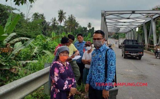 Sekretaris Dinas PUPR bersama Pelaksana Tugas Kepala Bidang Bina Marga DPUPR Lampung Utara, Rio Alaska meninjau kondisi jembatan Way Rarem yang terancam putus, Rabu (17/2/2021).