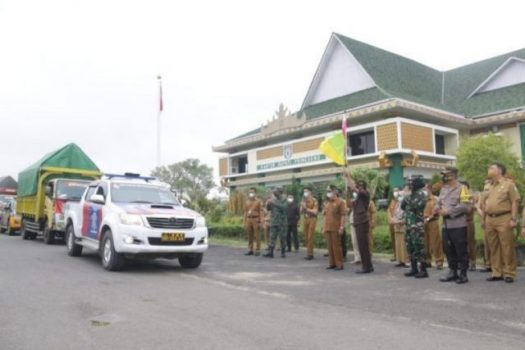 Pelepasan mobil yang membawa kotak suara dan surat suara untuk pemilihan kepala pekon (Pilkakon) di Pringsewu, Selasa (23/2/2021).