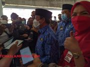Herman HN didampingi istrinya, Eva Dwiana, berbicara dengan para wartawan usai serah jabatan Walikota Bandarlampung, Rabu (17/2/2021).