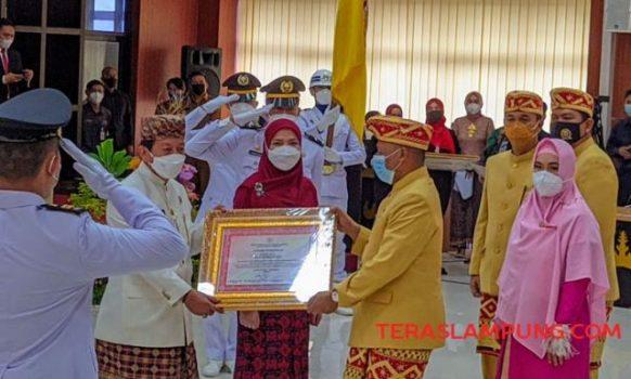 Walikota Herman HN bersama isteri (Eva Dwiana) dan Ketua DPRD Wiyadi memperlihatkan piagam penghargaan penetapan Bapak Pembangunan Kota Bandarlampung, Senin (15/2/2021).