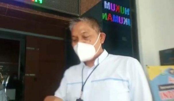 Manajer UP3 PLN Kotabumi, Wilfrid Sahat P Siregar usai memenuhi pemanggilan dari Kejari Lampung Utara terkait dugaan kebocoran PPJ, Selasa (23/2/2021).