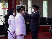 Gubernur Sulsel menyematkan pangkat ke Wali Kota Makassar, Mohammad Ramdhan Pomanto, Jumat (26/2/2021). Foto: kabarmakassar.com