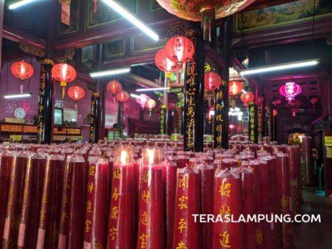 Vihara Thai Hin Bio membersihkan prasarana dan memasang lilin-lilin menyambut Tahun Baru Imlek, Kamis (11/2/2021).
