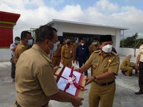 Walikota Herman HN menyerahkan penyampaian SPPT dan DHKP PBB-p2 tahun 2021 ke Camat Tanjungkarang Barat Noercahyo.