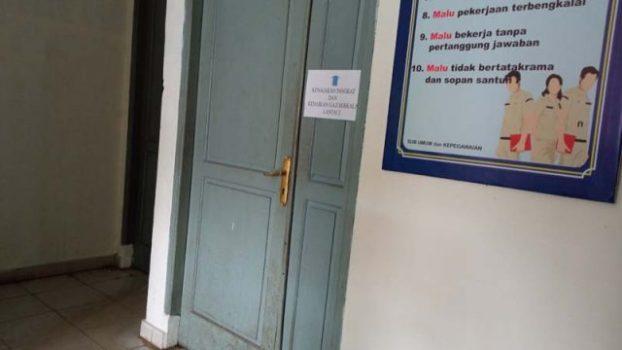 Pintu Tertutup: Sudah Masuk Jam Kerja Pintu Ruang Kantor Masih Terkunci