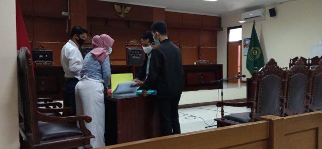 Direktur LBH Semarang menyerahkan surat bukti Smicus Curiae dari LBH Disabilitas (LBHD) Jawa Timur yang ditandatangani Direkturnya Hari Kurniawan SH kepada Majelis Hakim Sidang Kasus M. Baihaqi Difabel Netra yang digugurkan hak dalam Seleksi CPNS oleh BKD Jateng. (Foto : Dok. Roemah D)