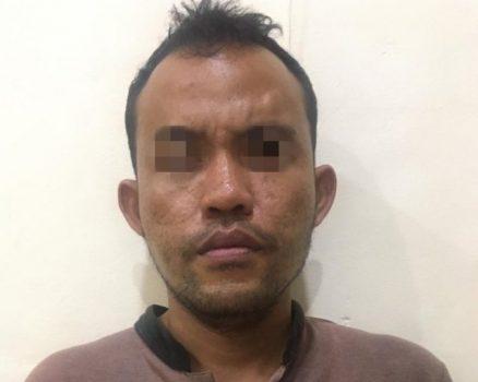DI (35), Warga Desa Merak Batin, Kecamatan Natar, Lampung Selatan pelaku penusukan terhadap istrinya berinisial MU diamankan di Mapolsek Natar.