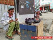 Sahril tukang sol sepatu yang berharap ada bantuan modal dari Pemkot Bandarlampung.
