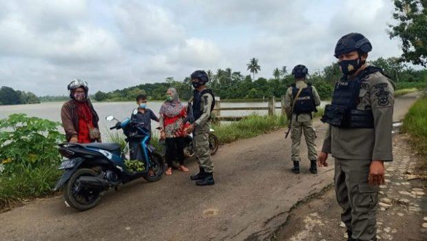 Brimob Kompi 2 Batalyon B Pelopor Polda Lampung Patroli di Daerah Rawan Banjir