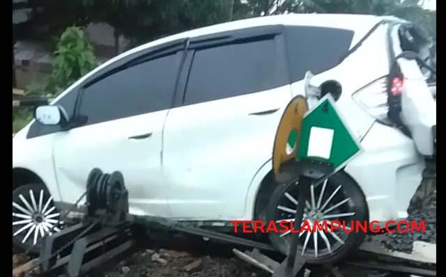 Bagian belakang mobil Honda Jazz ringsek setelah ditabrak kereta api di Desa Blambangan, Lampung Utara, Selasa petang (30/3/2021). Pengemuda Honda Jazz meninggal dunia dalam kecelakaan ini. Foto: Teraslampung.com/Feaby Handana