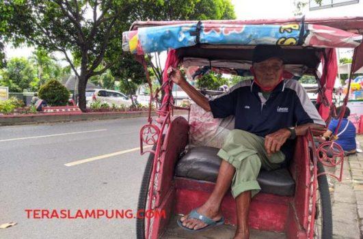 Kakek Giyanto bersama becak kesayangannya yang mangkal di depan Korem 043 Garuda Hitam, Bandarlampung.