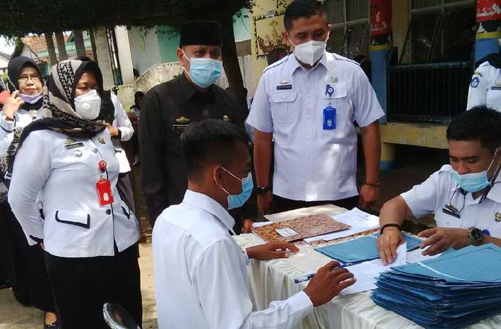 Kepala BKPSDM Lampung Utara, Abdurahman menyaksikan penandatanganan perjanjian kerja yang dilakukan oleh P3K, Rabu (3/3/2021).