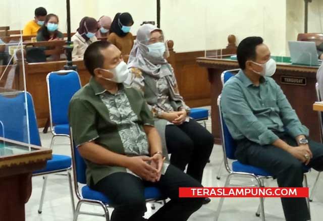 Khaidir Bujung (kiri), Nunik (tengah), dan Midi Iswanto saat menjadi saksi dalam sidang kasus fee proyek Lampung Tengah dengan terdakwa mantan Bupati Lampung Tengah, Mustafa, di PN Tanjungkarang, Rabu (4/3/2021).
