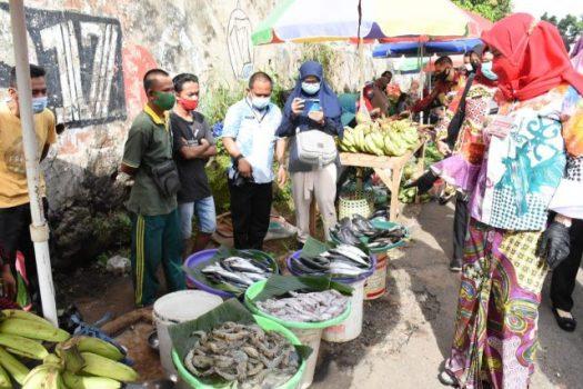 Walikota Eva Dwiana sedang berbincang dengan pedagang ikan laut di Pasar Tani.