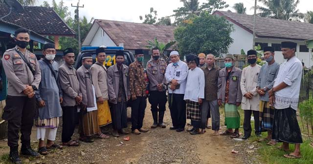 Penyuluh Agama Cigeulis saat mengunjungi tempat ritual penganut Hakekok Balakasuta di Pandeglang. (Foto: Istimewa)