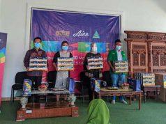 Wagub Chusnunia Chalim (tengah) bersama Brand Manager Aice Group Sylvana (kiri) dan Ketua Ketua PW GP Anshor Lampung di acara pembagian masker gratis.