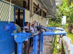 Petugas PDAM Way Rilau sedang membersihkan sampah-sampah yang masuk ke instalasi pengolahan air.