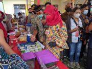 Walikota Eva Dwiana meninjau hasil usaha warga di Kelurahan Srengsem, Rabu (4/3/2021).