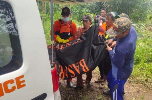 Tim SAR Gabungan mengevakuasi jasad Fahrul Mustofa dari Sungai Umpu, Sabtu (13/3/2021).